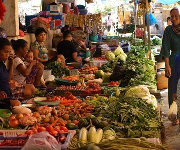 Visit the traditional market in Ubud