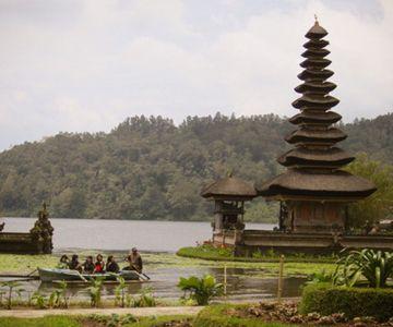 Bezoek Ulun Danu Bratan, de prachtige tempel aan het meer.